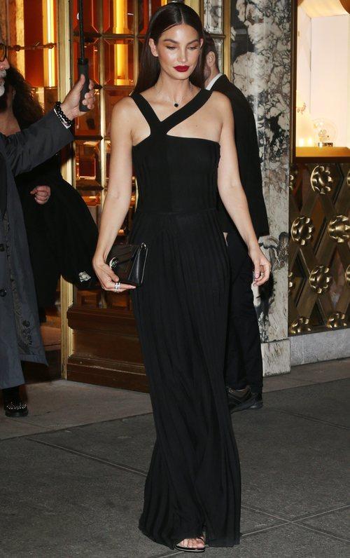 Lily Aldridge con un vestido largo de Gabriela Hearst en una fiesta de Bvlgari x Save The Children