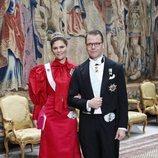 La Princesa Victoria de Suecia con un vestido demasiado pomposo en la cena de nobles de Suecia