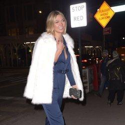 Karlie Kloss con mono azul y abrigo de pelo blanco en Nueva York