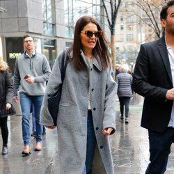 Katie Holmes con abrigo de paño gris por Nueva York