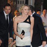 Charlete de Mónaco con vestido bicolor asimétrico