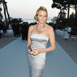 Charlene de Mónaco con vestido sirena plateado