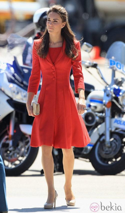 Catalina de Cambrigde con vestido de paño rojo