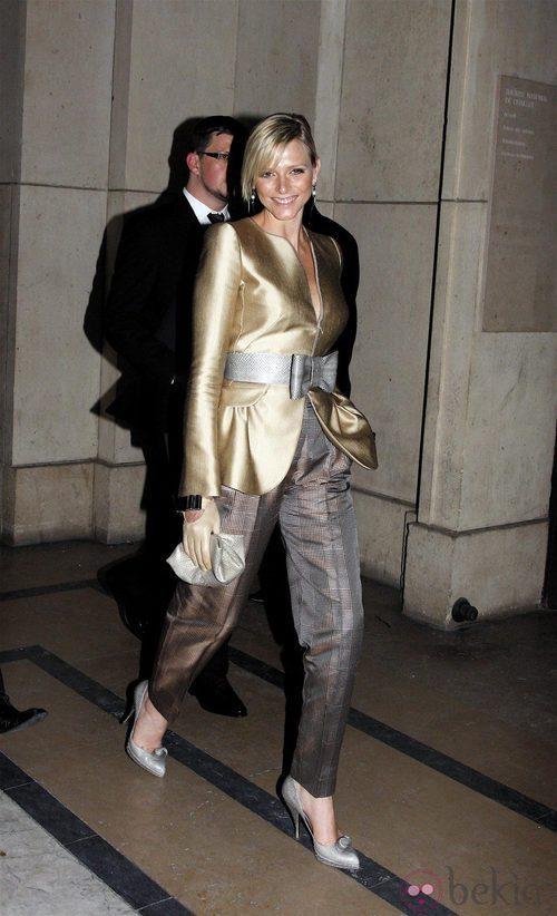 Charlene de Mónaco con blazer dorada con cinturón plateado