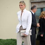 Charlene de Mónaco con pantalón de pinzas y blazer blanca