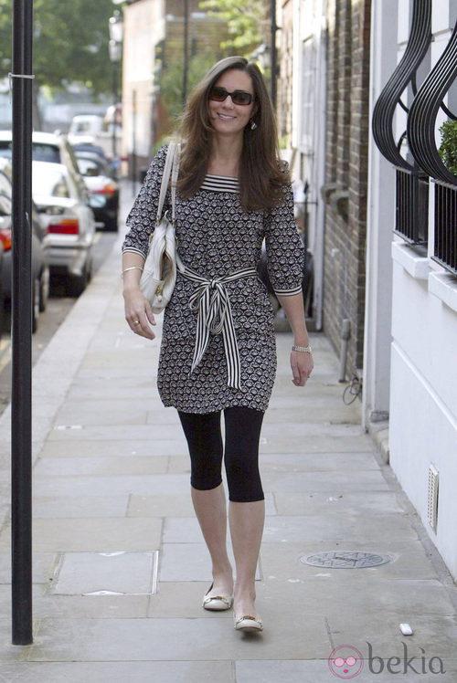Catalina de Cambrigde con vestido estampado y leggins