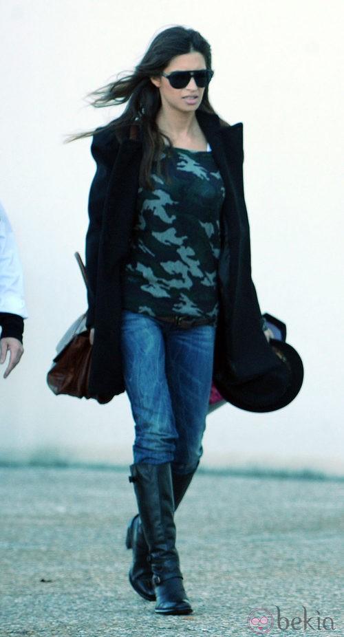 Sara Carbonero con jeans y camiseta militar