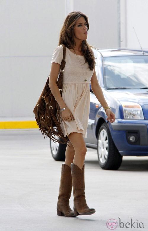 Sara Carbonero con minivestido lady y botas
