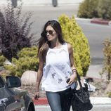 Sara Carbonero con jeans y camiseta blanca