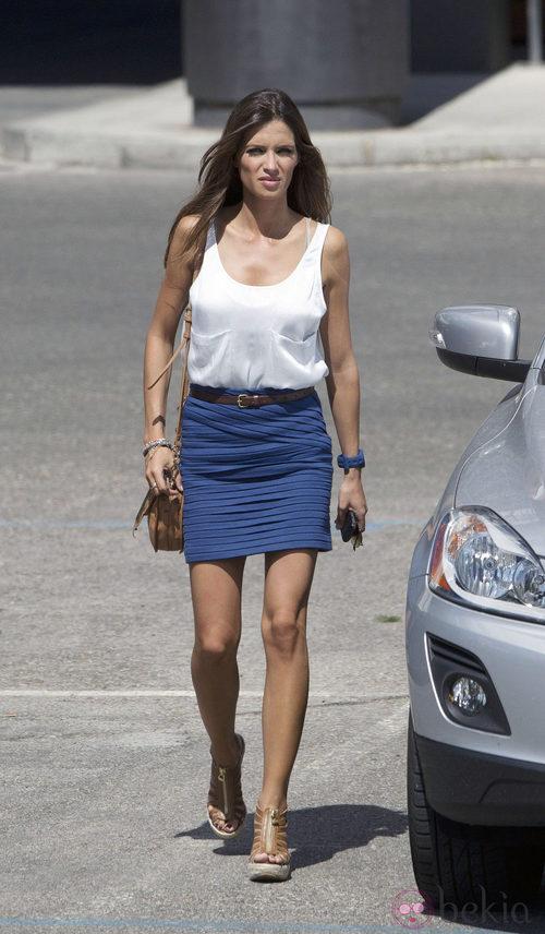 Sara Carbonero con falda de tubo azul