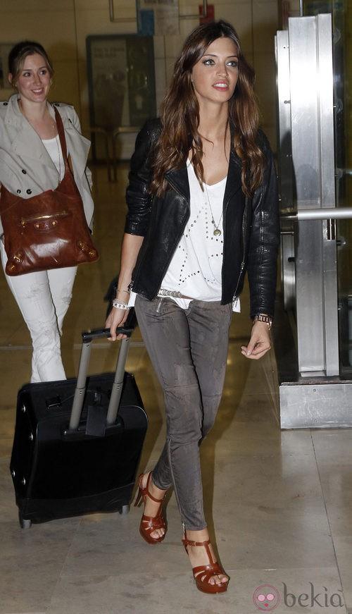 Sara Carbonero con pantalón pitillo y chaqueta de cuero