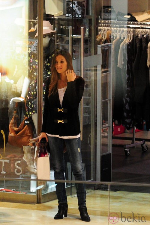 Sara Carbonero con jeans y jersey negro