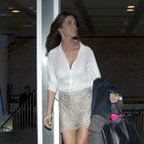 Sara Carbonero con minifalda y camisa de seda blanca