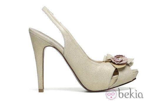 Zapato dorado de la firma Lodi Wedding