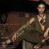 Adriana Lima protagoniza una polémica promoción de Donna Karan