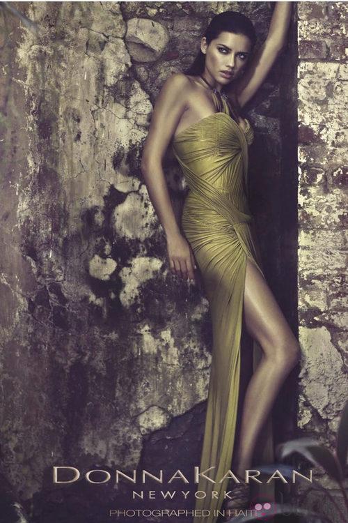 Adriana Lima posa muy sexy para Donna Karan