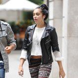 Lourdes Leon con pantalones étnicos
