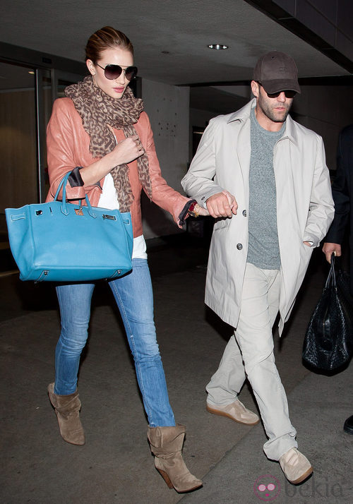 Rosie Huntington Whiteley con look casual y birkin azul