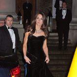 Kate Middleton con un vestido de gala negro palabra de honor