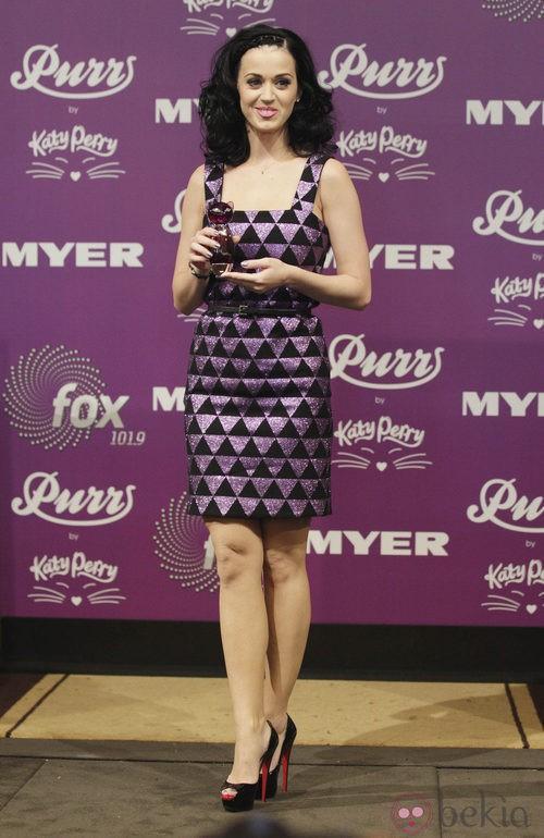 Katy Perry con vestido tubo en morado