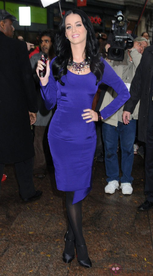 Katy Perry, vestido tubo en color morado