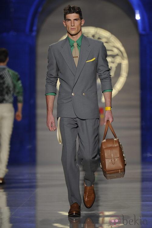 Modelo de bolso masculino de Versace