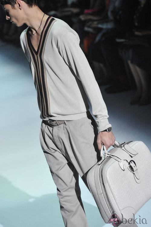 Modelo de bolso masculino en piel de Gucci
