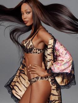 Naomi Campbell en ropa interior para la campaña de Roberto Cavalli