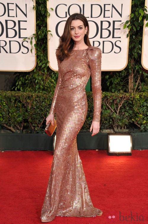Anne Hathaway con un vestido Armani Privé en los Globos de Oro 2011