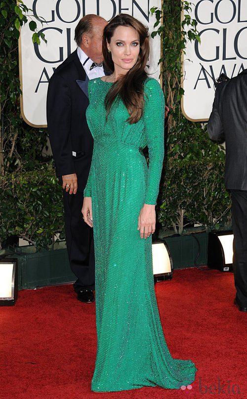 Angelina Jolie con un vestido Versace en los Globos de Oro 2011