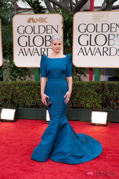 Kelly Osbourne con vestido largo azul en alfombra roja de los Globos de Oro 2012