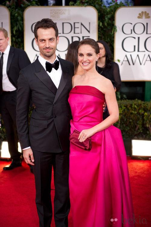Natalie Portman con vestido en rosa de Lanvin posa junto a su marido en la alformbra roja de los Globos de Oro 2012