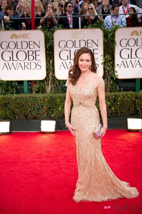 Diane Lane con un vestido dorado de Reem Acra en la alfombra roja de los Globos de Oro 2012