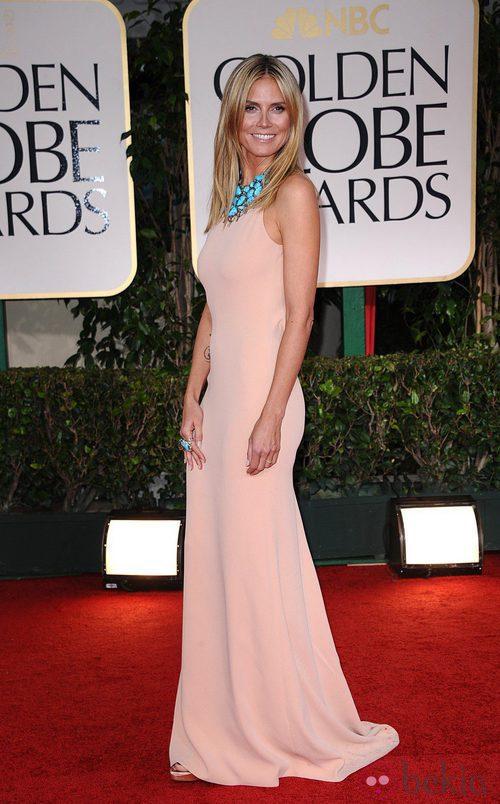 Heidi Klum con vestido nude de Calvin Klein en la alfombra roja de los Globos de Oro 2012