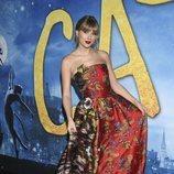 Taylor Swift con vestido de estampado oriental en la premiere de 'Cats' en Nueva York