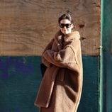 Katie Holmes con abrigo de borrego largo en Nueva York