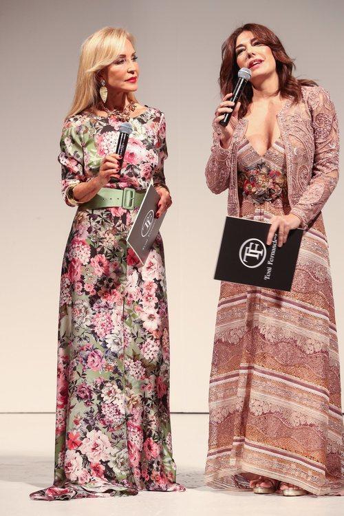 Carmen Lomana con un vestido de estampado floral de Matilde Cano en el defile de Toni Fernández