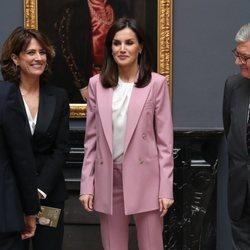 La Reina Letizia con traje sastre color rosa palo en una visita a la exposición 'La otra Corte'