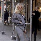 Kate Upton con chándal gris y deportivas plateadas en Nueva York