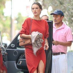 Alessandra Ambrosio con look rojo en Los Ángeles