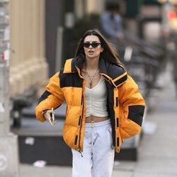 Emily Ratajkowski con crop top y abrigo fluorescente en Nueva York