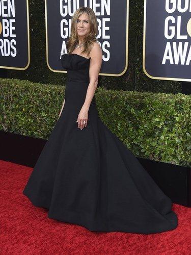 Jennifer Aniston con vestido negro en la alfombra roja de los Globos de Oro 2020