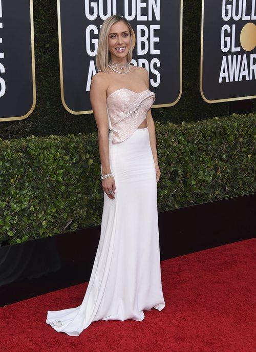 Kristin Cavallari con vestido blanco en la alfombra roja de los Globos de Oro 2020