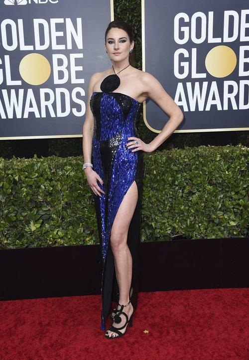 Shailene Woodley con vestido azul de lentejuelas en la alfombra roja de los Globos de Oro 2020