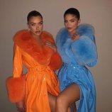 Kylie Jenner y su amiga Anastasia posando con abrigos de piel de cordero y pelo de zorro ártico
