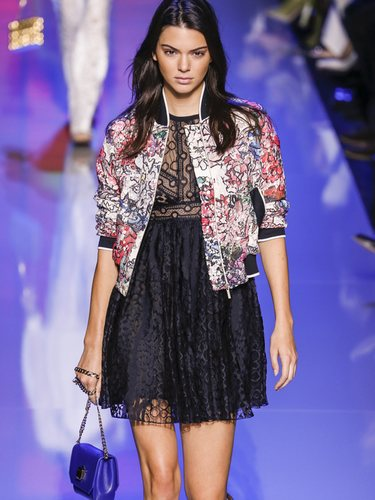 Kendall Jenner desfileando para Elie Saab con la colección primavera/verano 2016