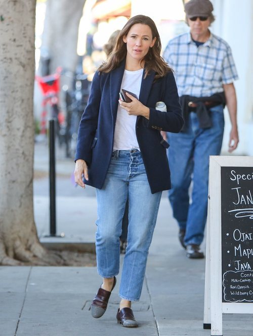 Jennifer Garner con blazer azul marino en Los Ángeles
