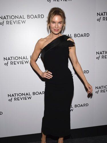 Renée Zellweger con vestido negro de corte midi en los Review Awards 2020