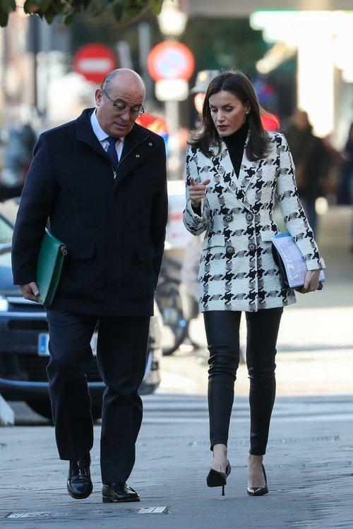 La Reina Letizia con abrigo de estampado de cuadros de Uterqüe en Madrid
