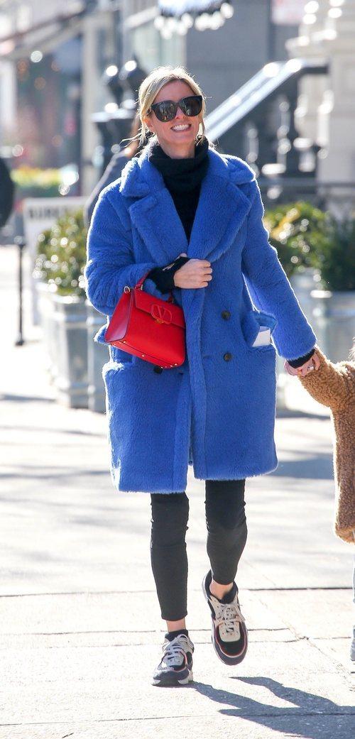 Nicky Hilton con abrigo de borrego azul en Nueva York